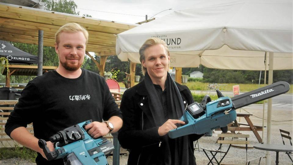 Yrittäjät Henry ja Ossi esittelemässä työkaluja